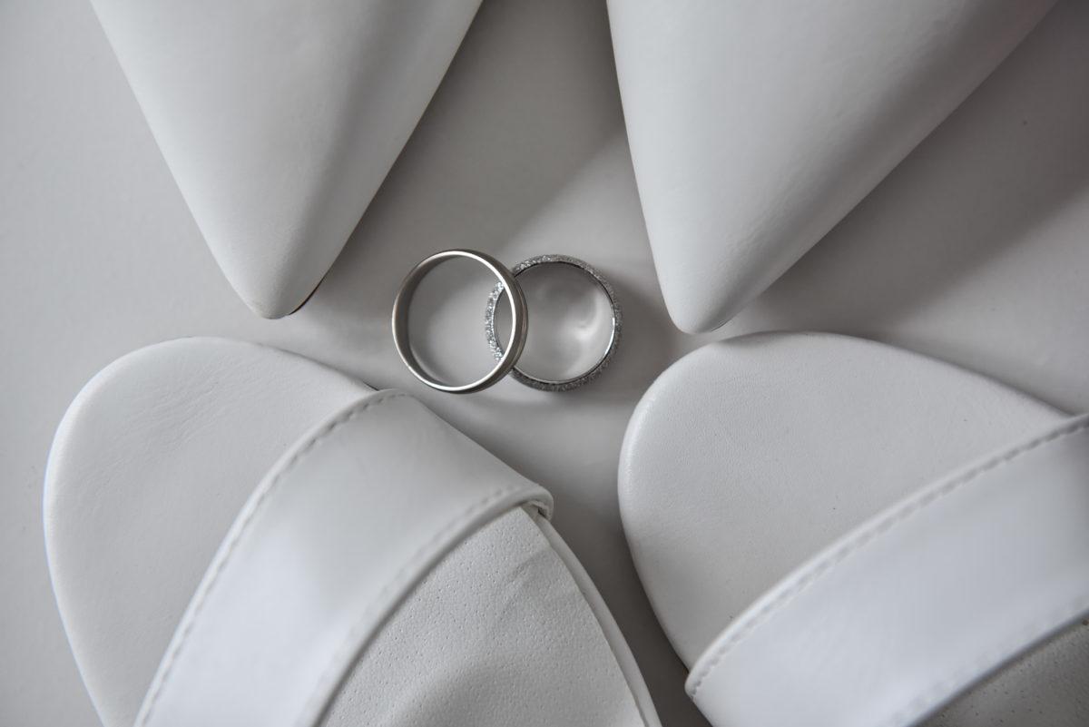 איזה דברים צריך להביא ביום החתונה? האם צריך להביא טבעות נישואין? מה אסור לשכוח ביום החתונה. התשובות כאן או בבלוג הצילום של מור לוי. צילום אירועים שמחים!